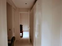 Couloir avec aménagement d'un bureau