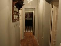 Couloir vintage avec porte-manteau ancien