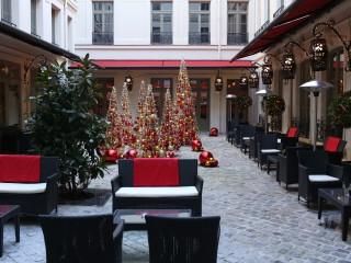 Cours intérieur de l'hôtel buddha avec décoration de Noel