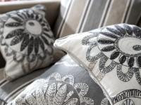 Coussins décoratifs sur canapé en tissu