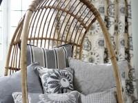 Coussins décoratifs sur fauteuils en osier