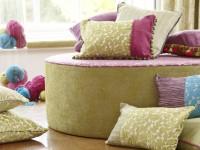 Coussins décoratifs sur pouf en tissu rond
