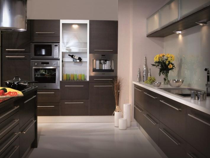 Cuisine avec de nombreux meubles de rangement marron