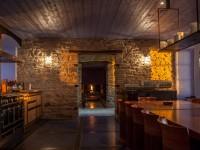 Cuisine avec mur en pierres apparentes et lumière traversante