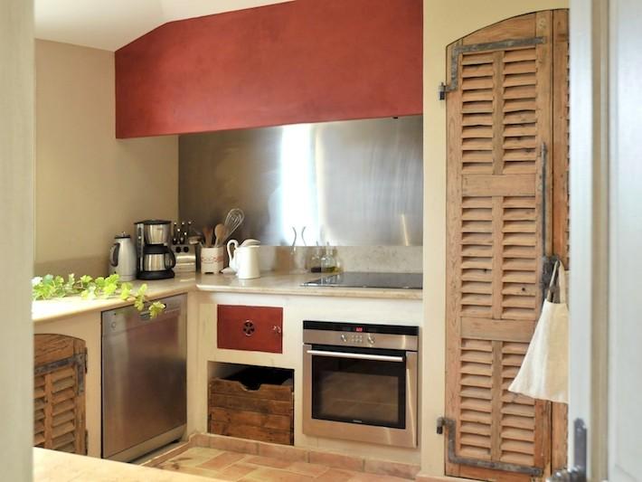 Cuisine avec portes de placards style volet en bois