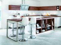 Cuisine blanche design avec rangements et décorations en bois