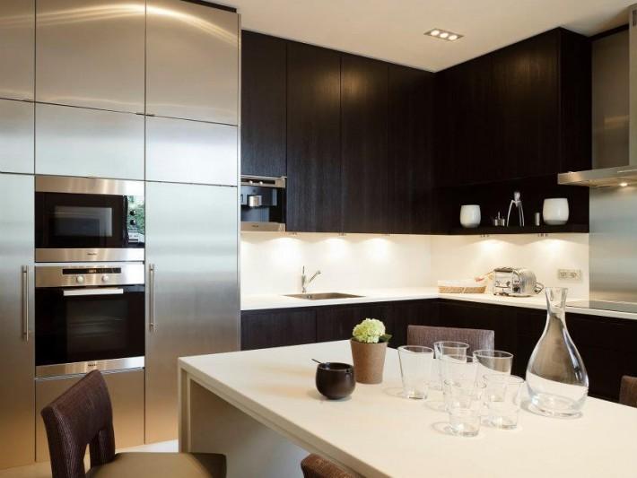 Cuisine design avec placards de rangement marron
