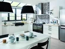 Cuisine et salle à manger noir et blanche avec crédence murale