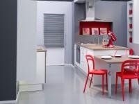 Cuisine moderne avec touches de rouge vif