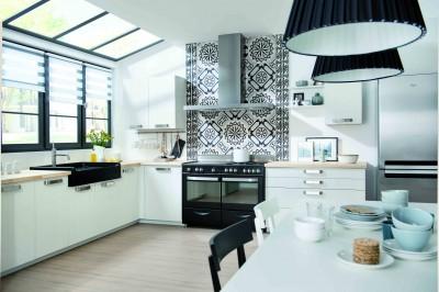 Cuisine moderne noire et blanche avec crédence murale