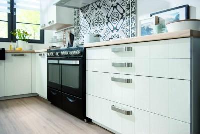 Cuisinière à gaz moderne accompagnée de placard blanc