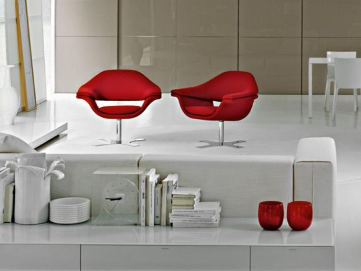 Décor avec fauteuils style années 60 en tissu rouges