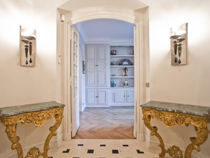 Décor classique avec meuble en marbre