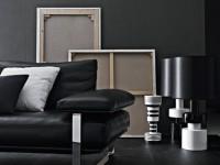 Décor noir et blanc avec canapé en cuir