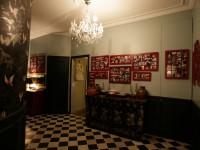 Décoration avec des cadres rouges et un lustre