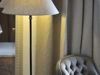 Décoration de chambre : luminaire et fauteuil