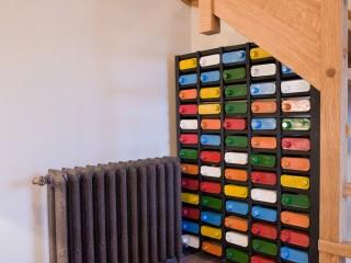 Décoration vintage et colorée sous escalier