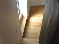 Descente d'escalier en chene avec une cloison en bois noir