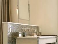 Détails lavabos avec mosaïques en platine