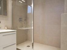Douche à l'italienne avec paroi vitrée