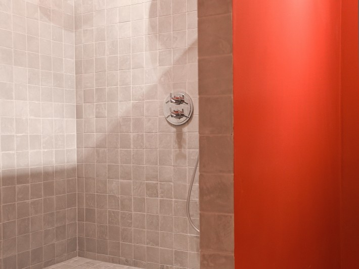 Douche à l'italienne style vestiaire de sport rouge