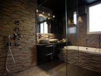 Douche avec mur en pierre naturelle