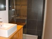 Douche avec porte vitrée