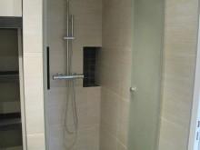 Douche avec une porte en verre dépoli