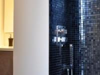 Douche contemporaine avec mosaïque noire et argentée