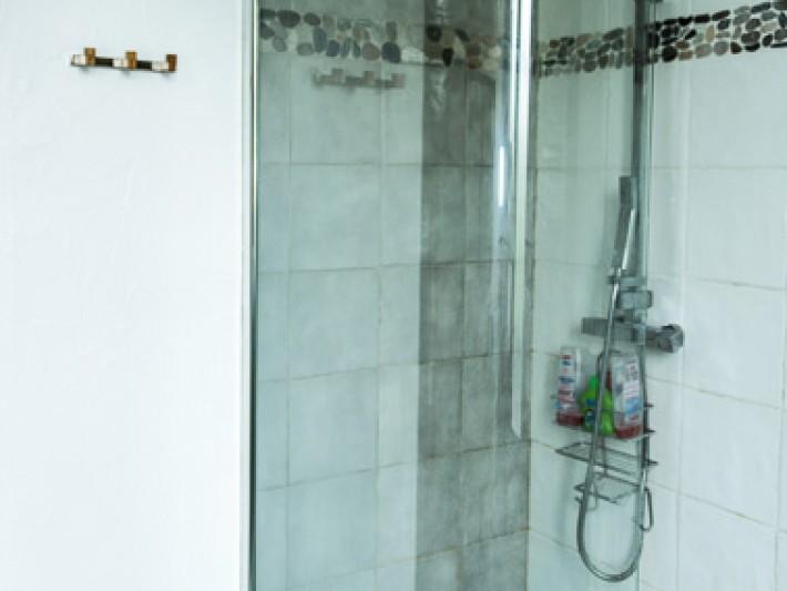 Douche contemporaine avec un sol aux motifs de galets