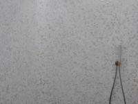 Douche italienne avec mosaïque dans les tons gris et blanc