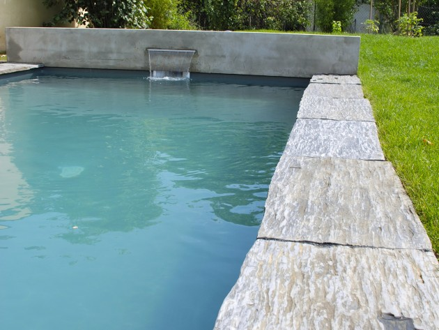 Encadrement de piscine en pierre brute