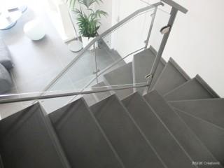 Escalier en béton avec rampe en verre et alu