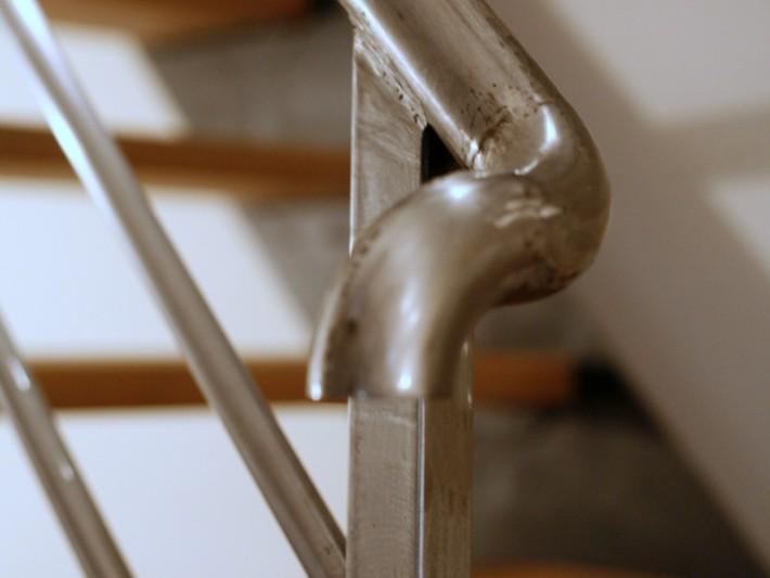 Escalier en bois avec rampe métallique