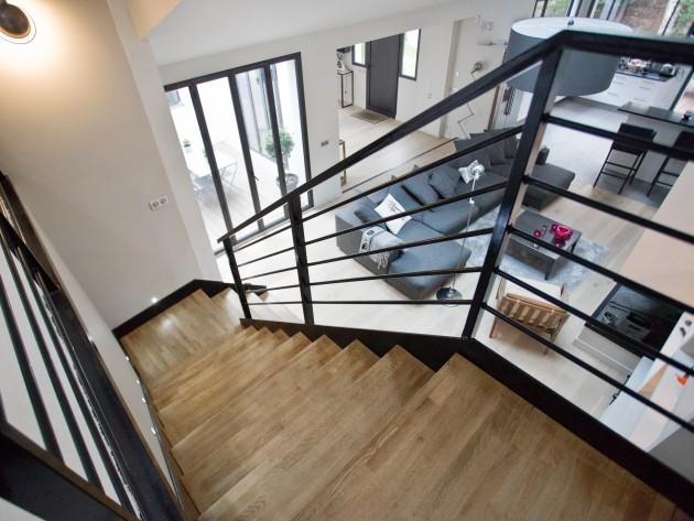 Escalier en bois et métal avec luminaire design