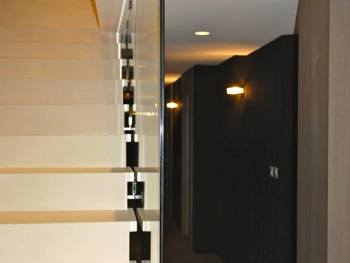 Escalier en marbre et rampe en verre