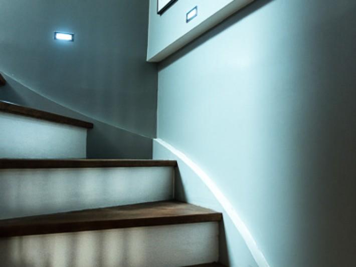 Escalier qui monte vers les combles aménagés