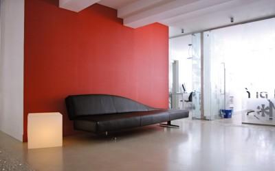 Espace accueil avec grand canapé en cuir noir