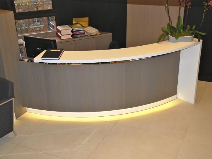Espace accueil avec un large bureau lumineux