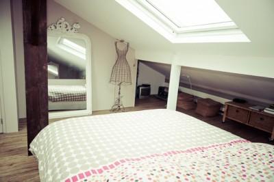 Espace chambre avec décoration féminine