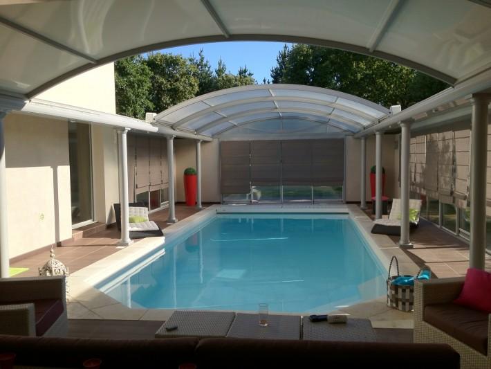 Espace convivial avec piscine