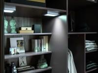 Espace de rangement dans grande armoire dressing