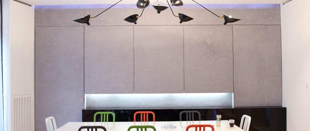 Espace dînatoire avec grande table et suspension design