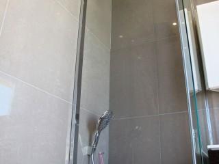 Espace douche avec un pare-baignoire