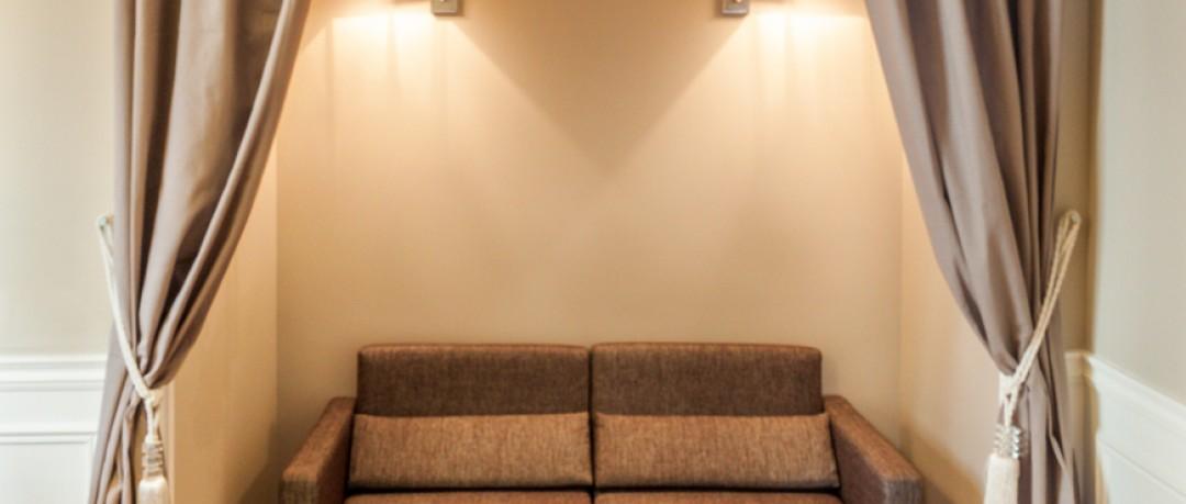 Espace salon dissimulé derrière des rideaux