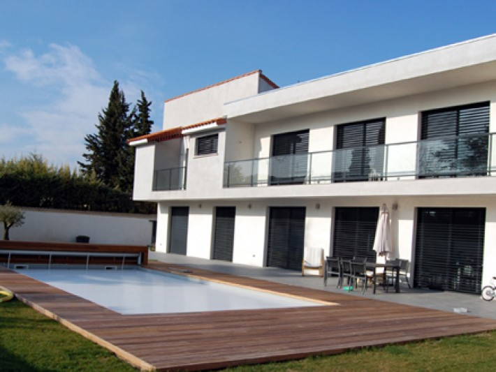 Façade de cette maison contemporaine avec piscine extérieure