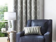 Fauteuil et ses rideaux motifs anciens