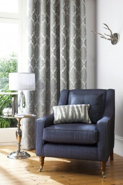 Fauteuil et ses rideaux motifs anciens - Stores et rideaux comment habiller toutes les fenetres ...