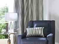 Fauteuil et ses rideaux motifs rayés