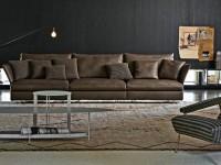 Grand canapé en cuir marron avec coussins décoratifs
